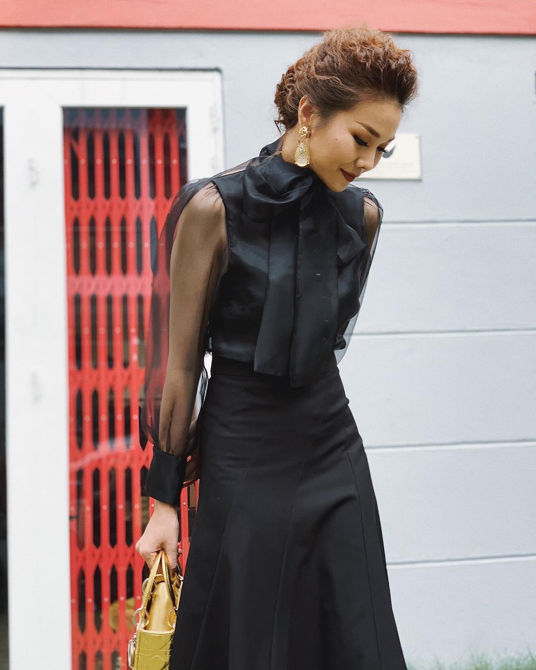 Thanh Hằng mặc áo voan xuyên thấu màu đen theo dress code formal
