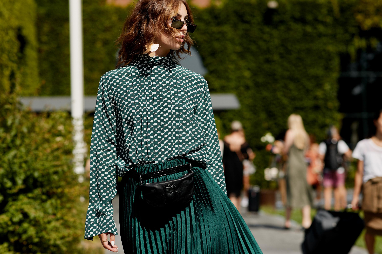 Dress code formal - áo voan và chân váy xếp ly màu xanh lục