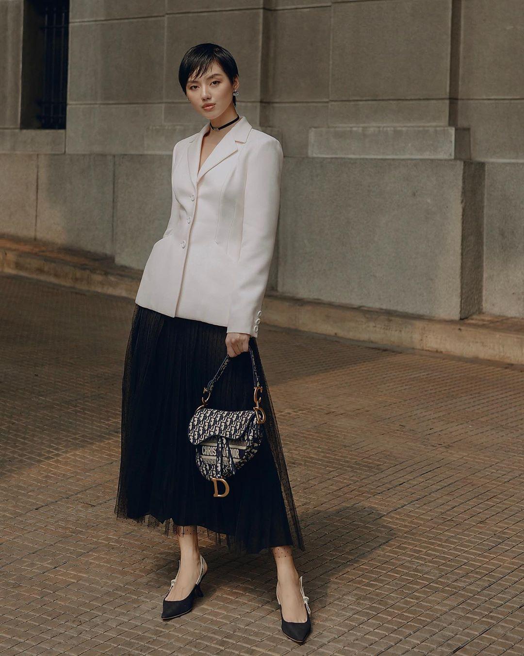 Khánh Linh mặc áo khoác và chân váy voan Dior theo dress code formal