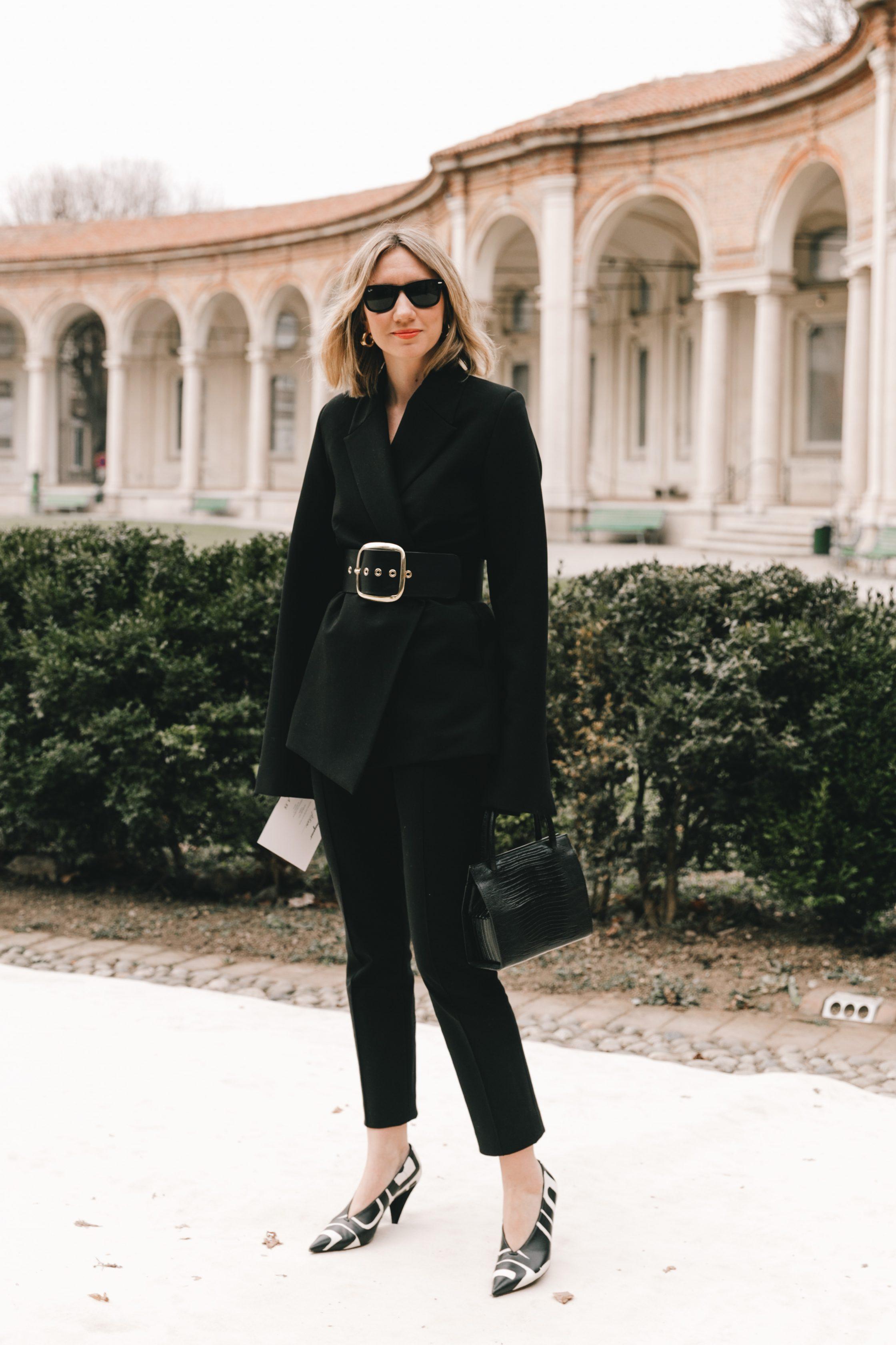 Dress code formal - âu phục đen và thắt lưng to bản