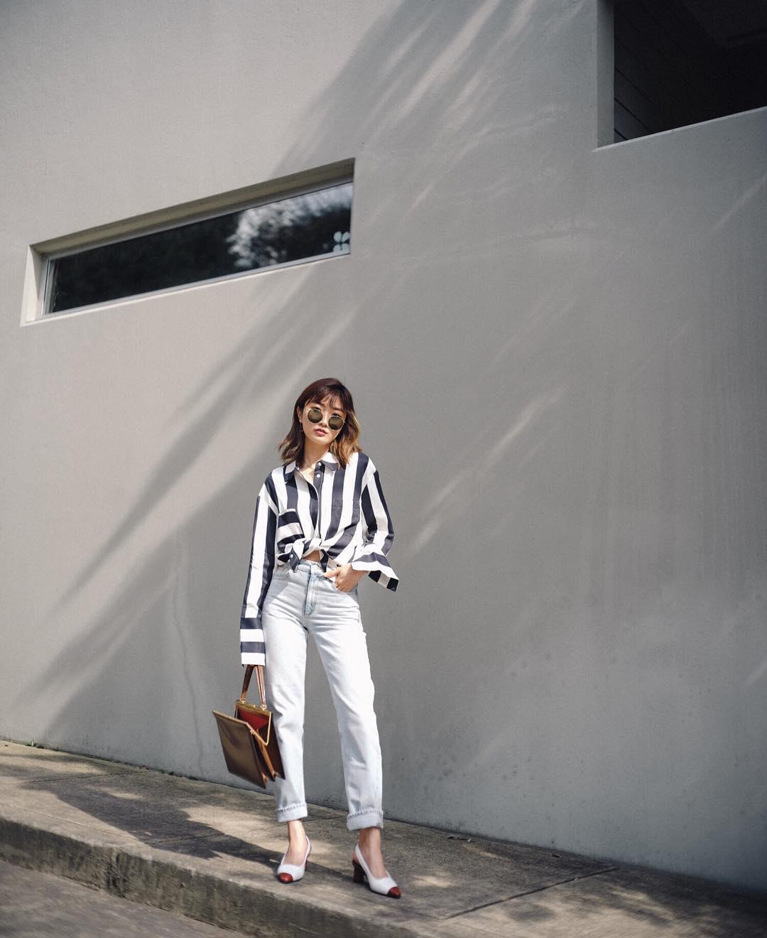 Dress code semi formal - áo sơ mi kẻ sọc, quần jeans trắng