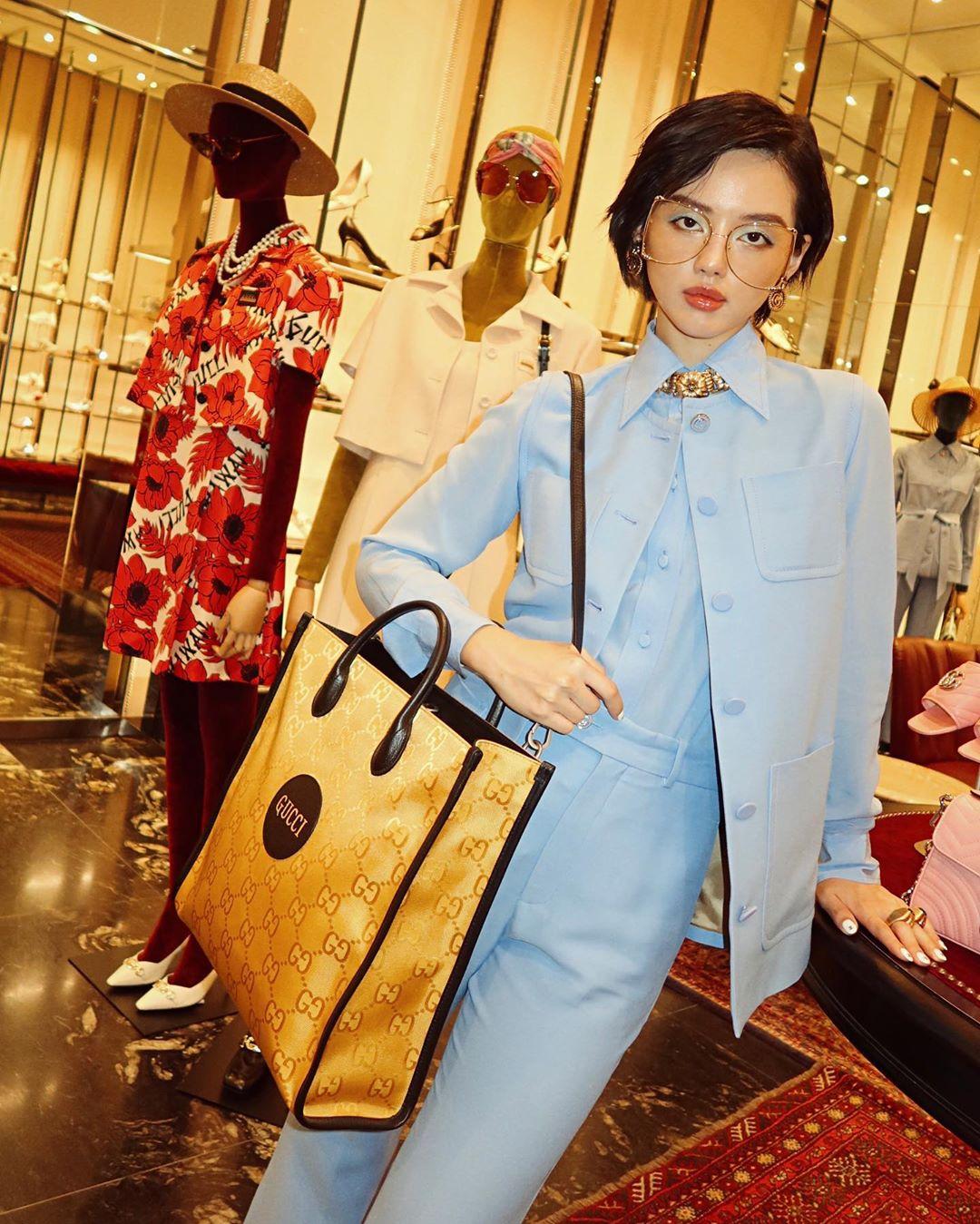 Khánh Linh mặc âu phục màu pastel xanh baby
