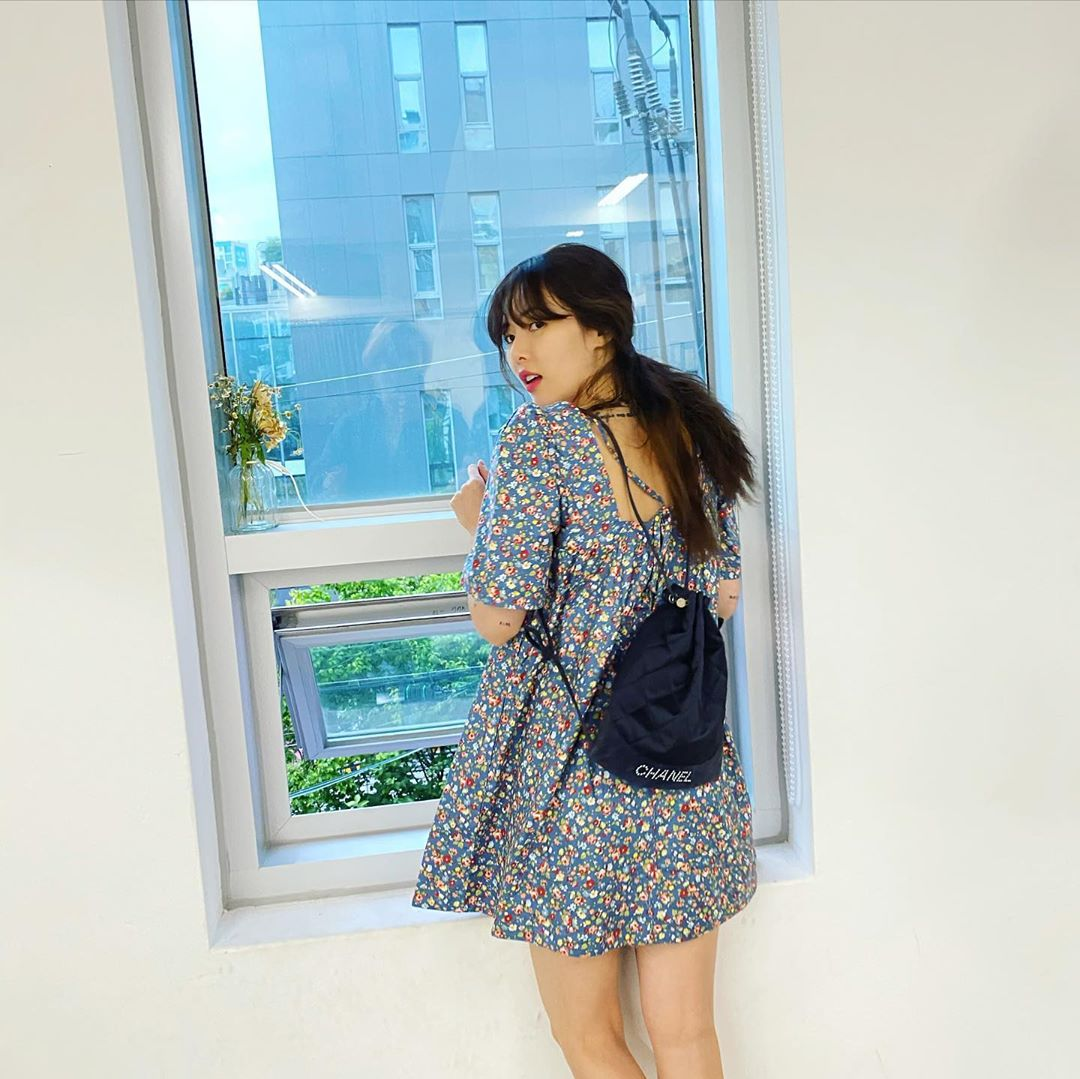 hyuna mặc đầm hoa đeo balo đen phong cách retro