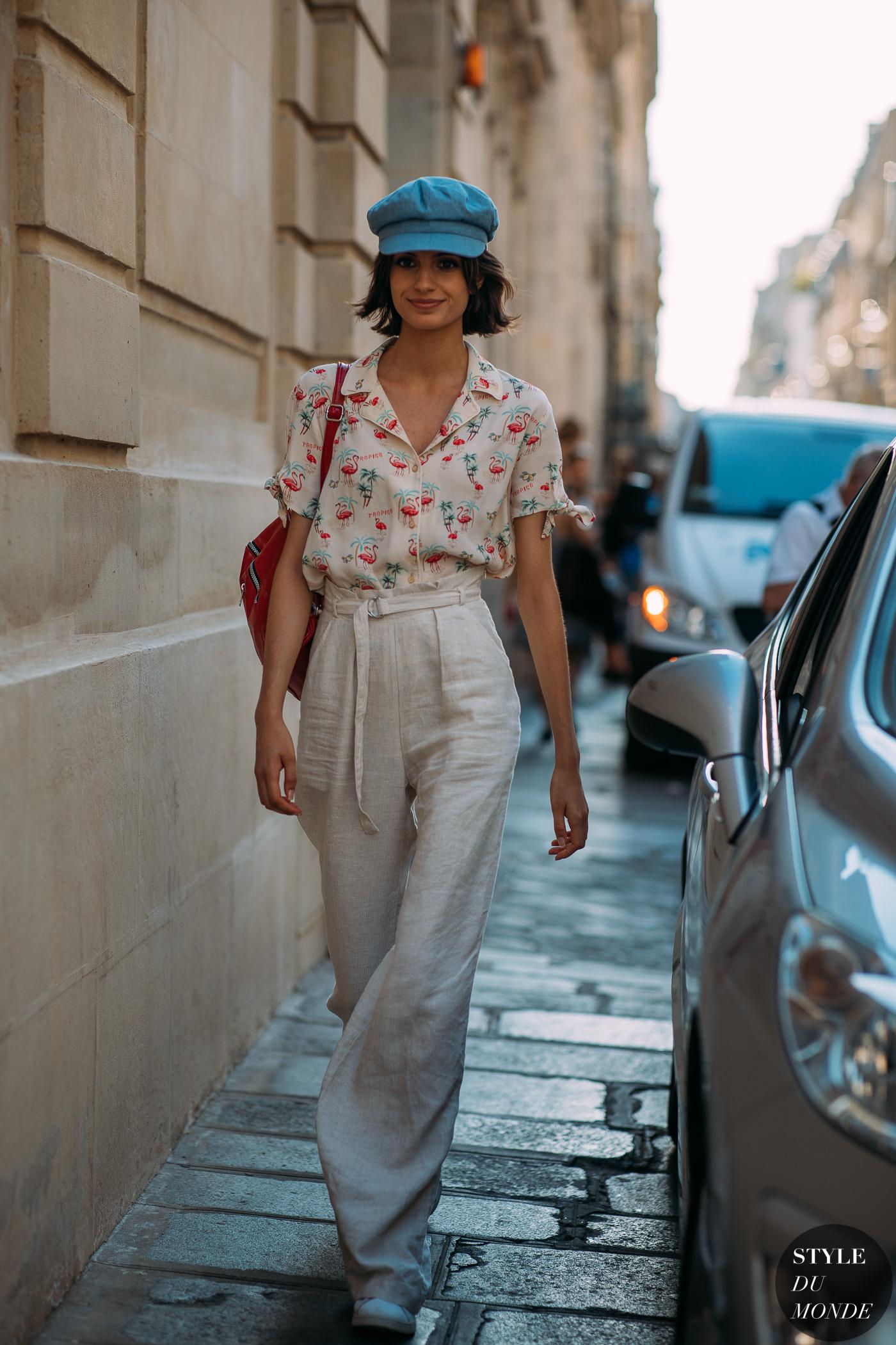 người mẫu mặc áo sơ mi họa tiết đeo balo một bên style du monde