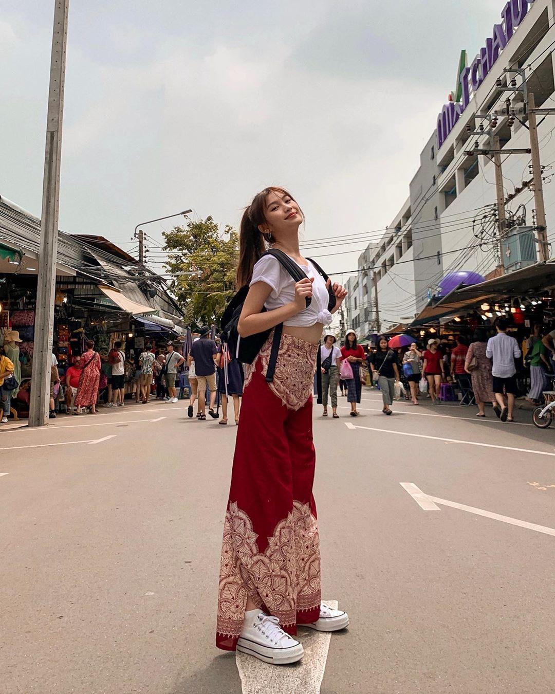 soh pei shi mặc áo thun dáng lửng đeo balo du lịch