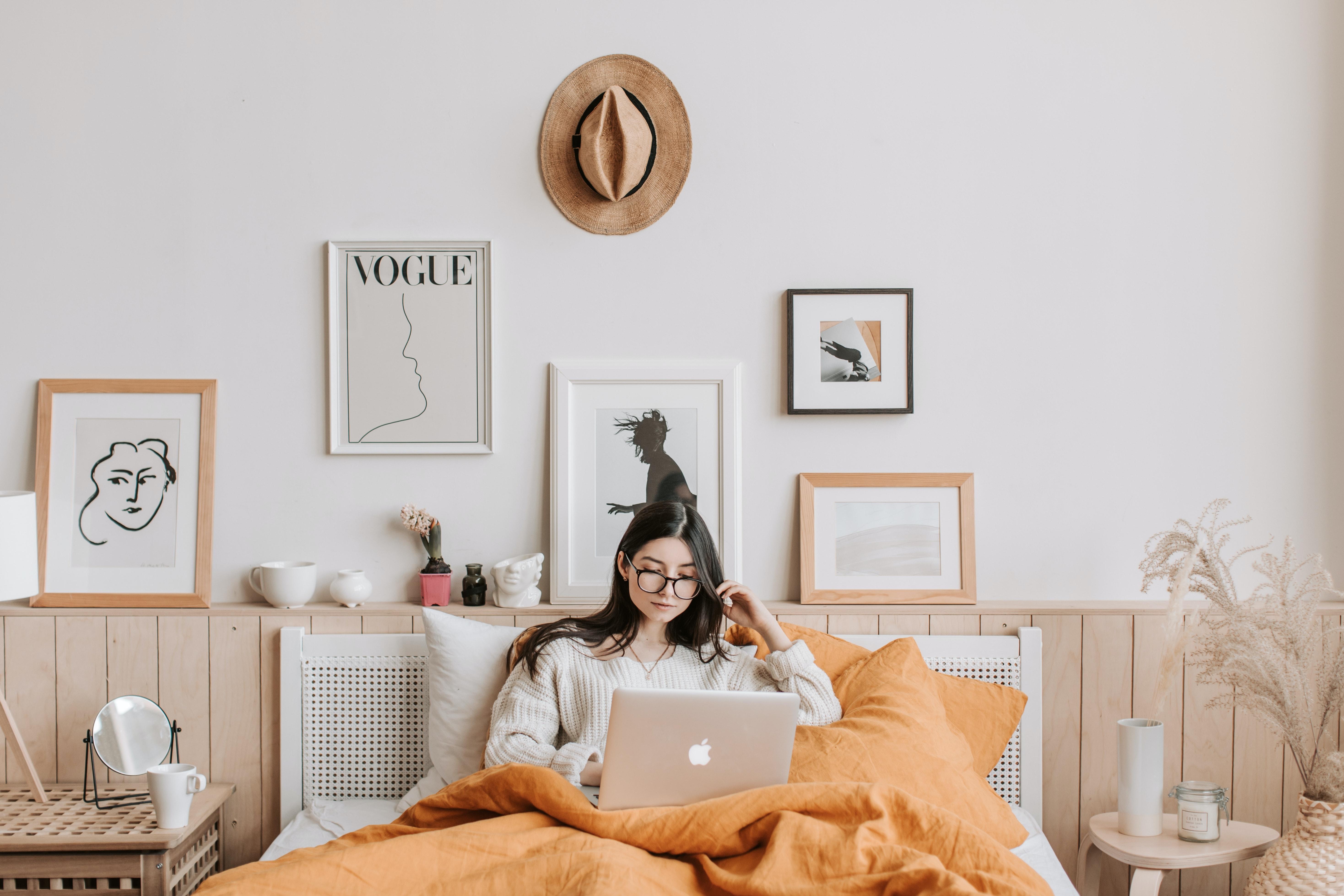 lười biếng cô gái dùng máy tính trên giường