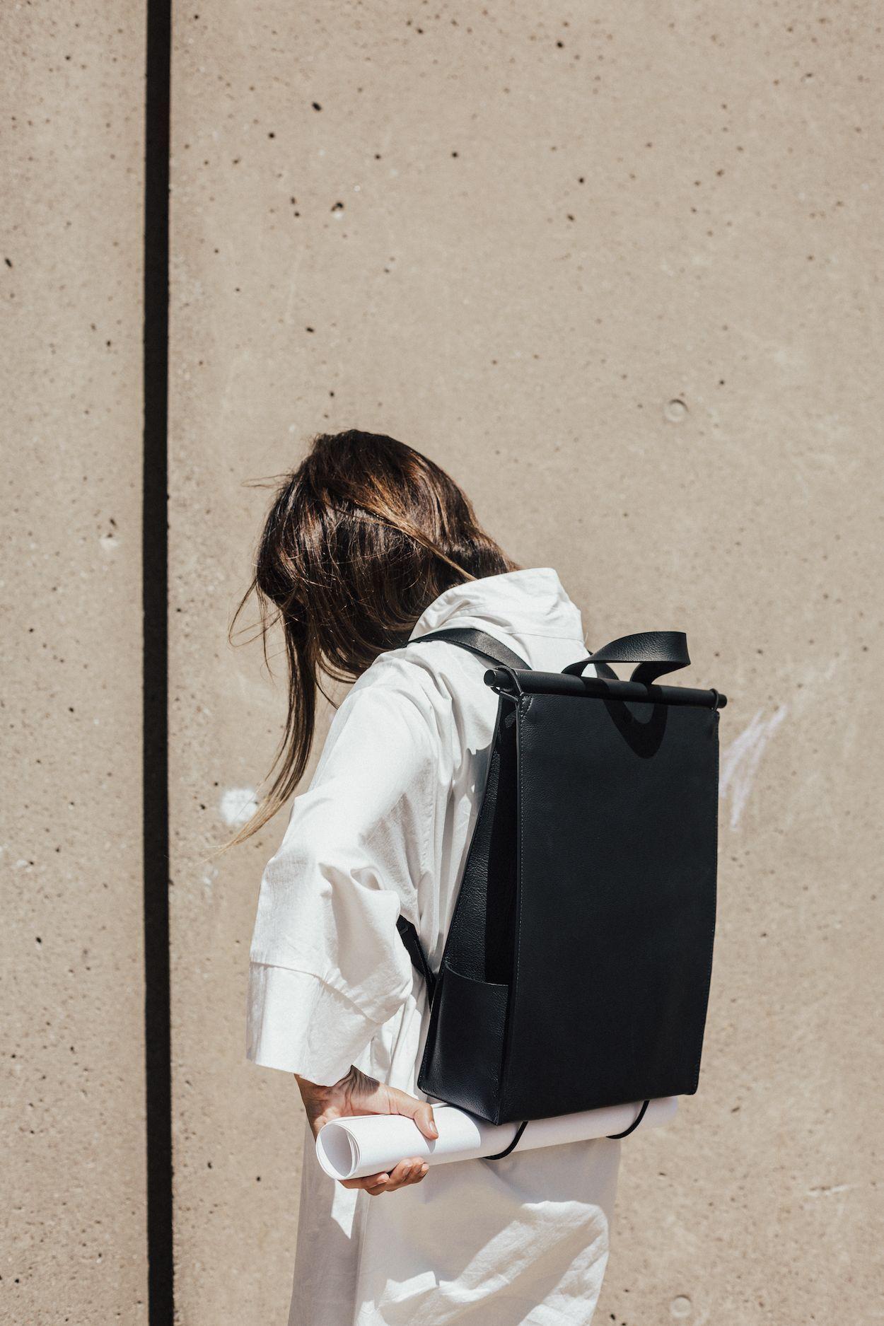cô gái đeo balo phong cách tối giản minimal màu đen