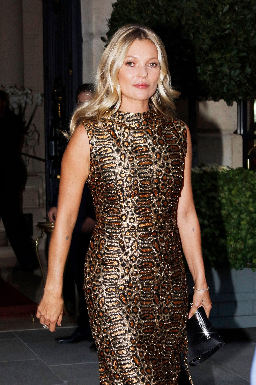 Câu nói hay - Kate Moss mặc đầm họa tiết da báo