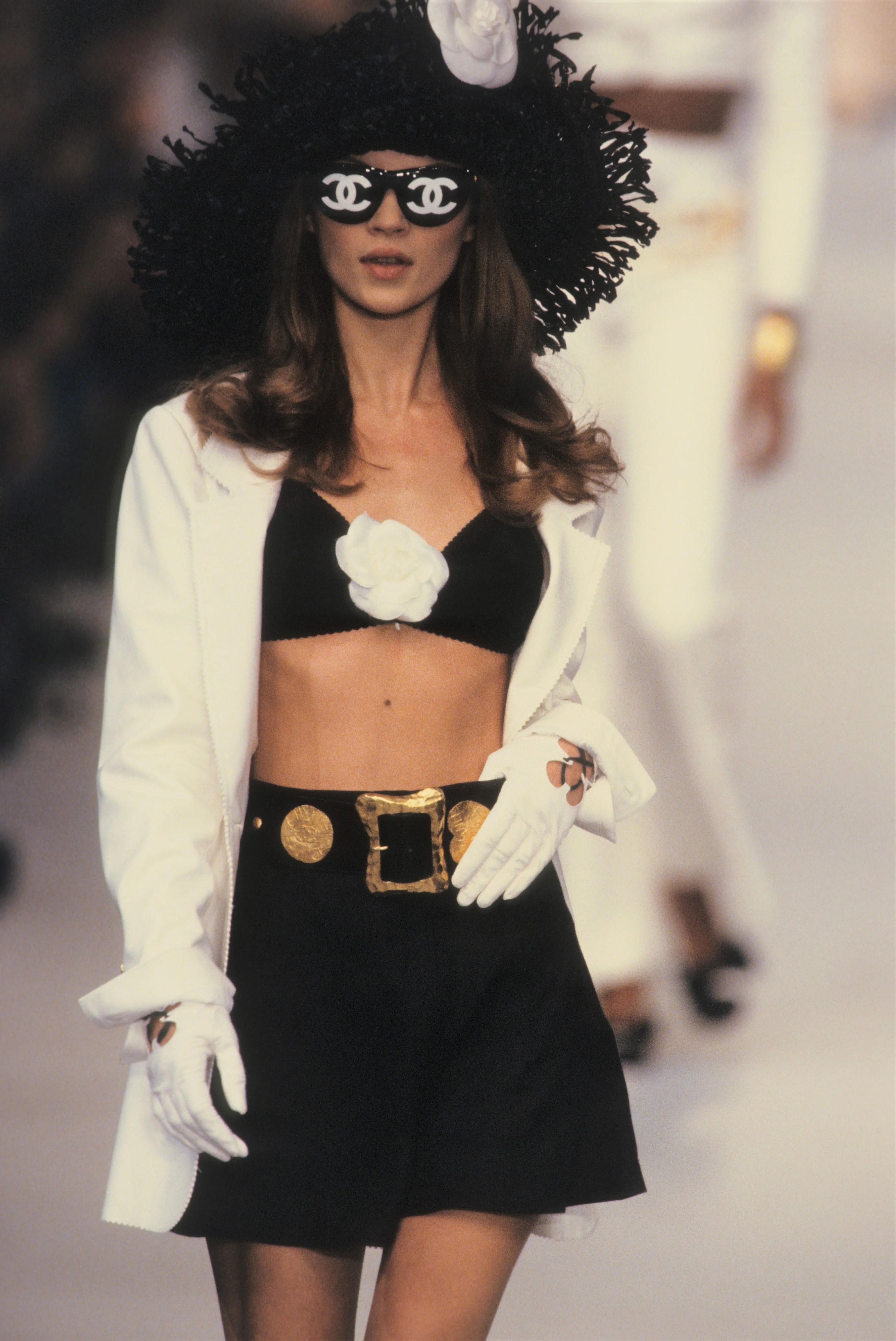 Câu nói hay - Kate Moss trình diễn trên sàn diễn Chanel 1993