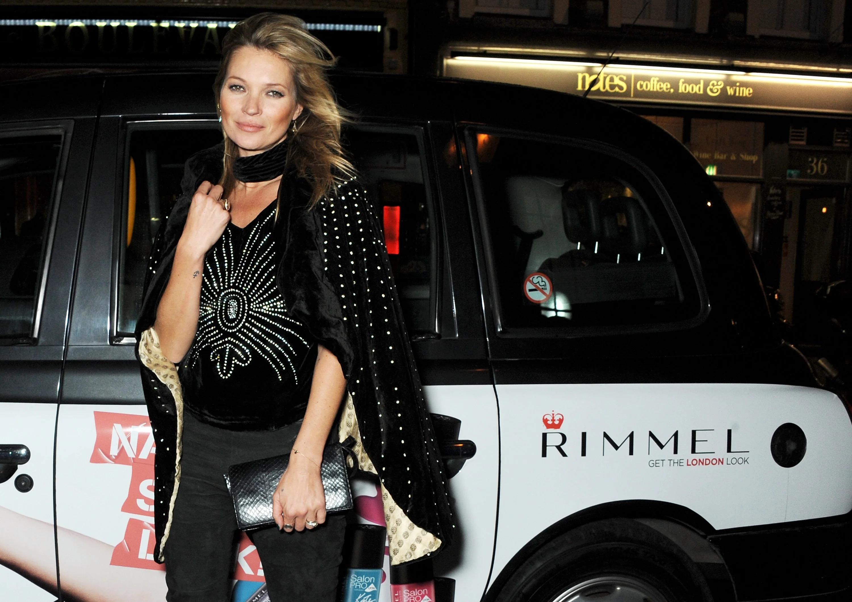 Câu nói hay - Kate Moss mặc trang phục đen