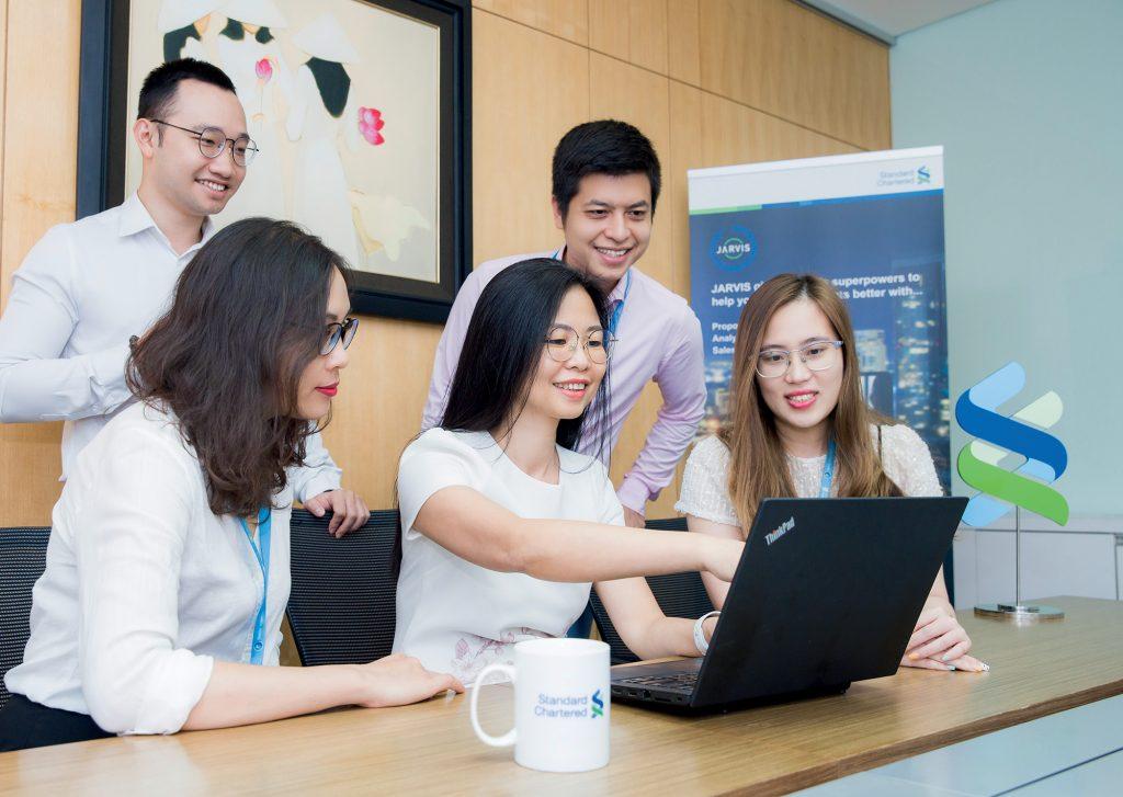 phụ nữ làm việc tại Standard Chartered