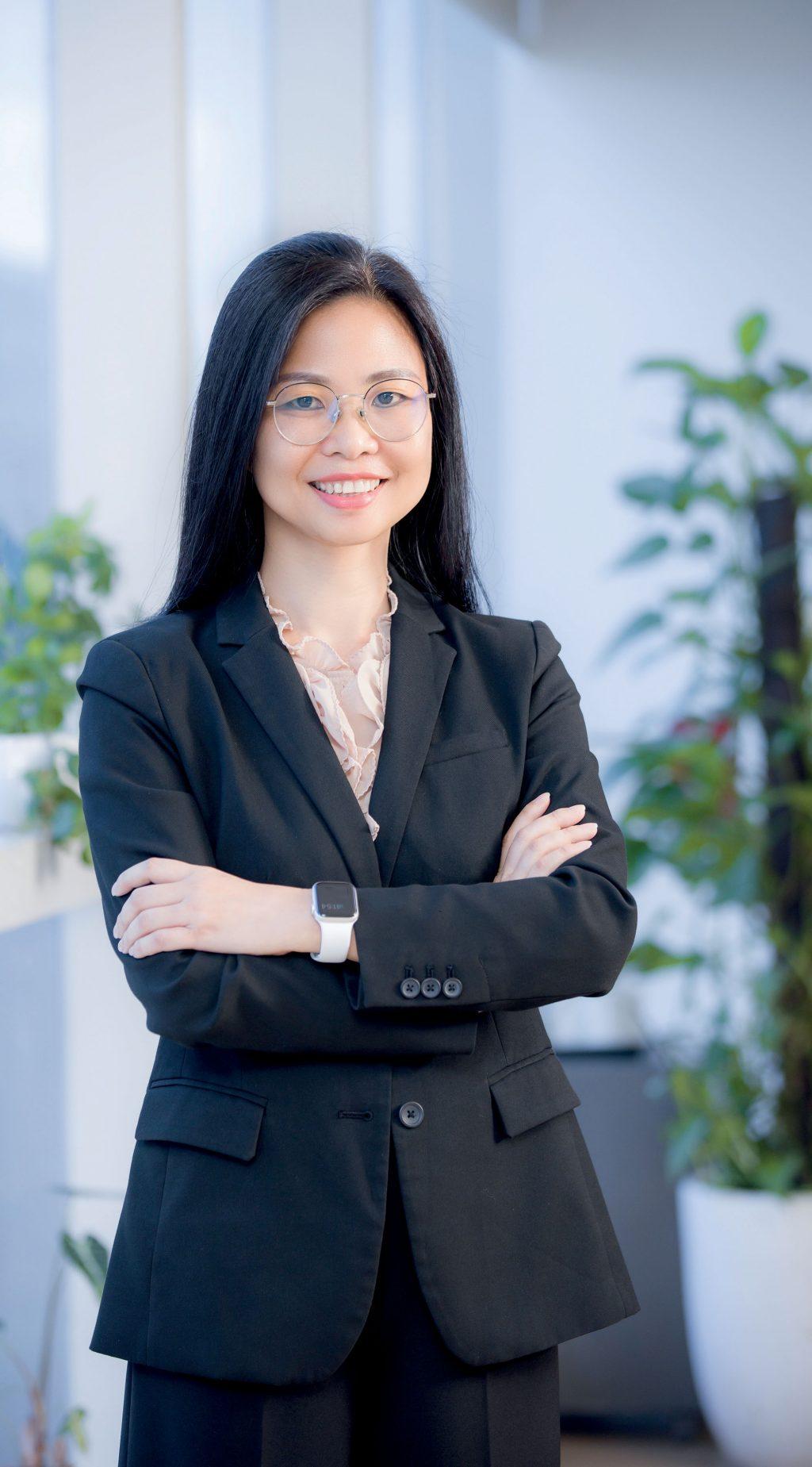 phụ nữ phó tổng khối khách hàng