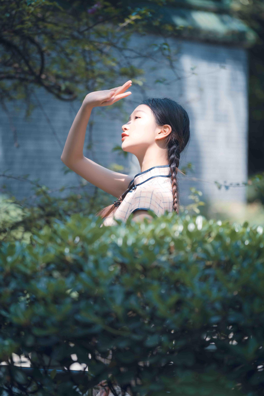 cô gái tuổi 30 đưa tay che nắng