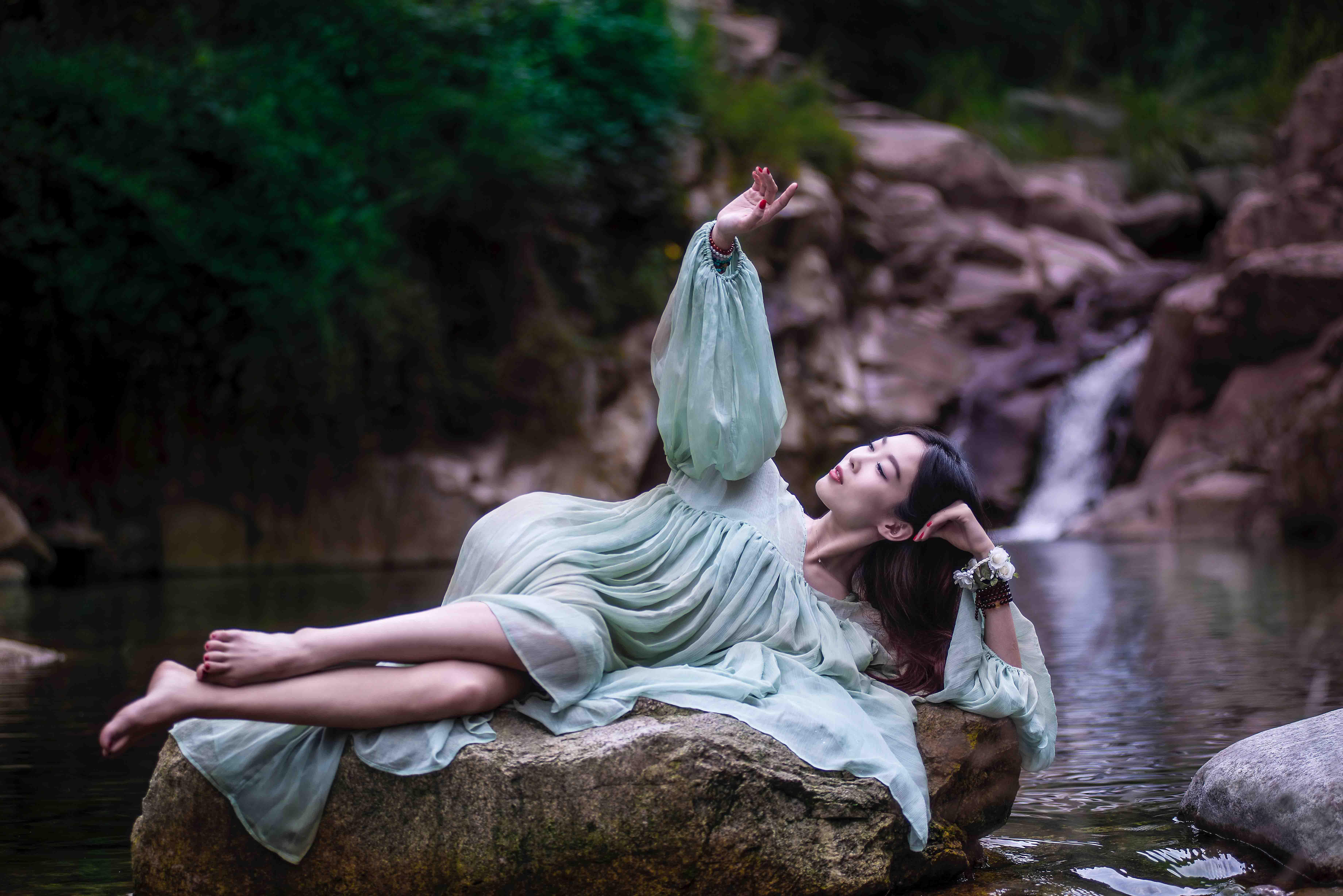 cô gái tuổi 30 nằm trên mỏm đá
