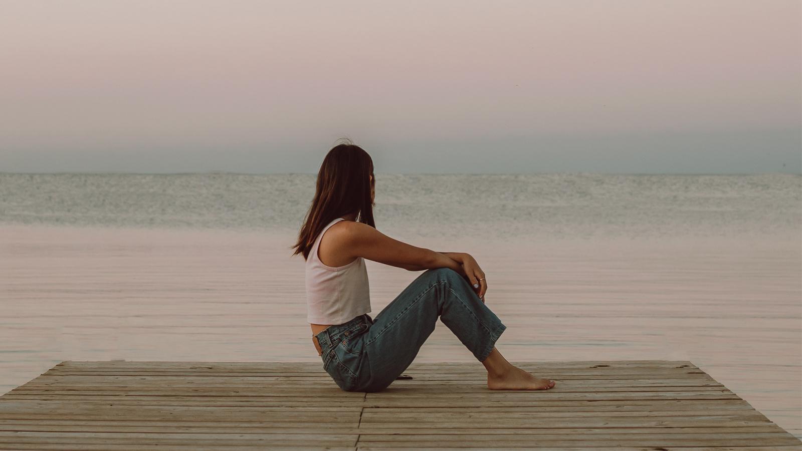 cô gái tuổi 30 ngồi trước biển