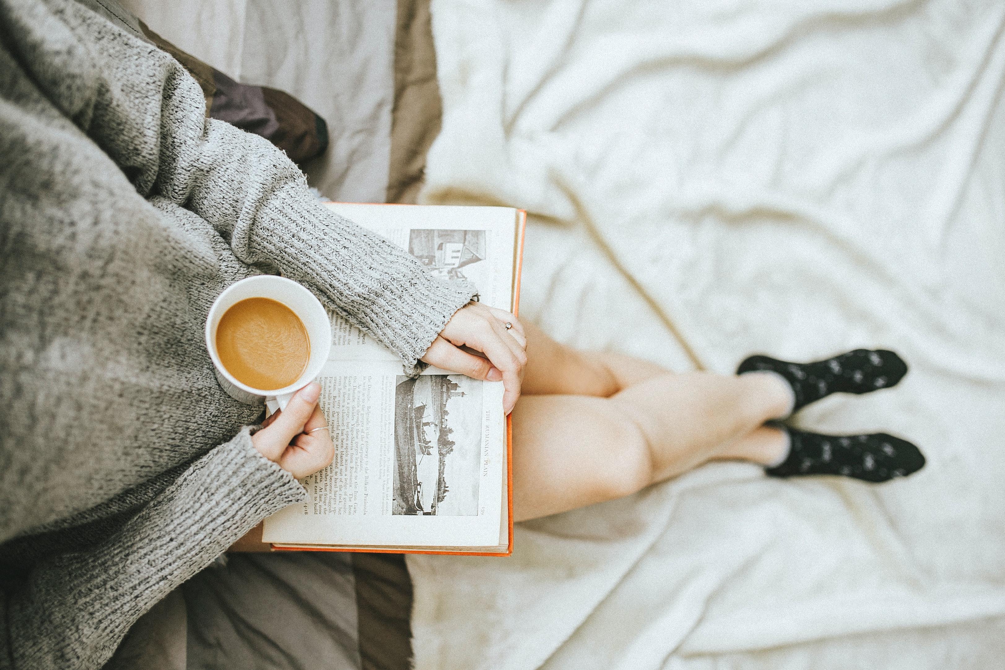 tuổi 30 cô gái đọc sách