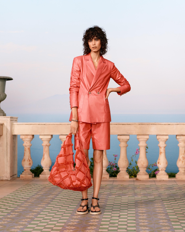 BST Chanel Cruise 2021 - Âu phục da ngắn màu hồng