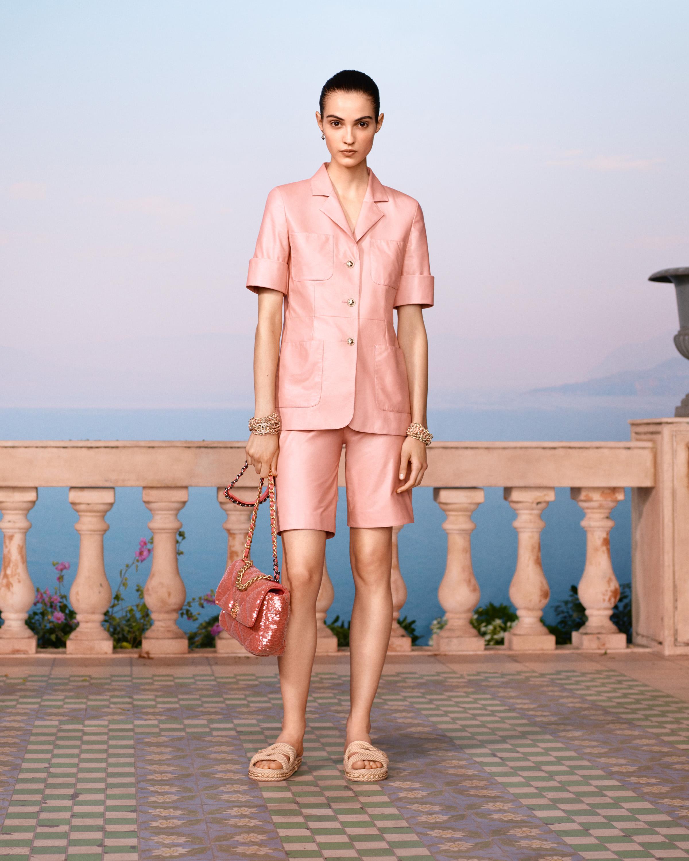 BST Chanel Cruise 2021 - Âu phục da ngắn màu hồng nhạt