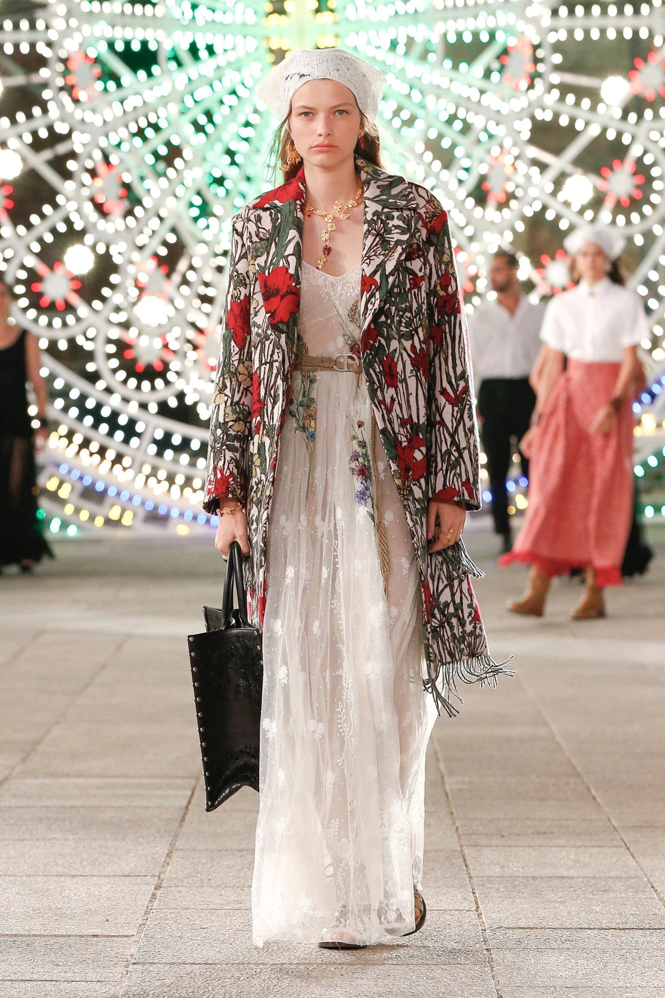 BST Dior Cruise 2021 - đầm voan trắng và áo khoác in hoa