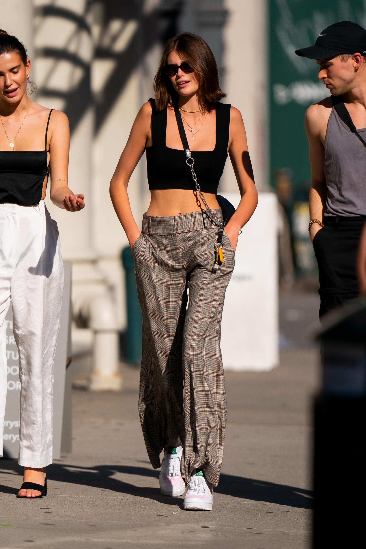 kaia gerber mặc áo nữ cổ vuông tank top và quần tây ống rộng