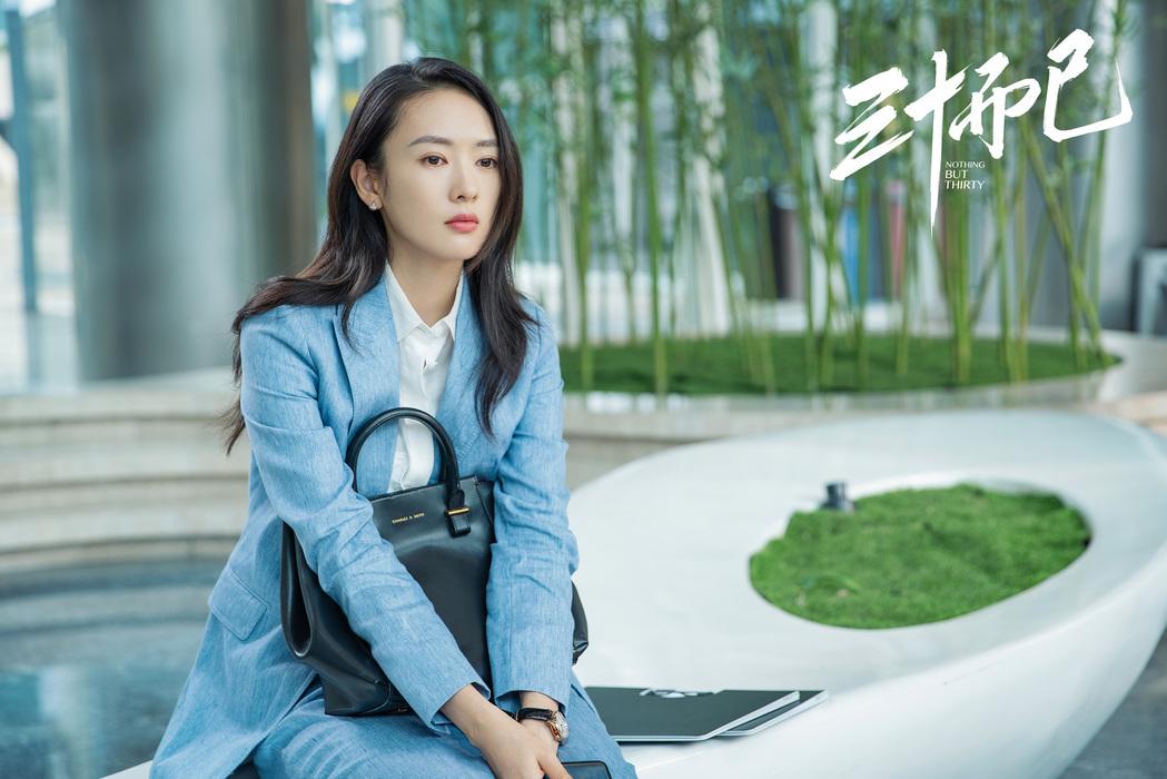 Đồng Dao mặc âu phục xanh nhạt trong 30 chưa phải hết
