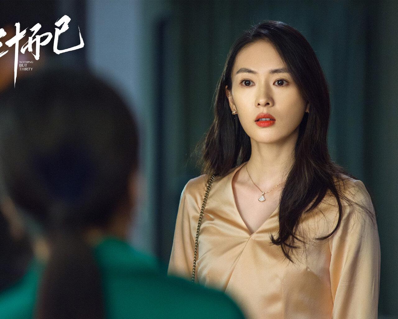 Đồng Dao mặc đầm xanh, đeo dây chuyền mảnh trong 30 chưa phải hết