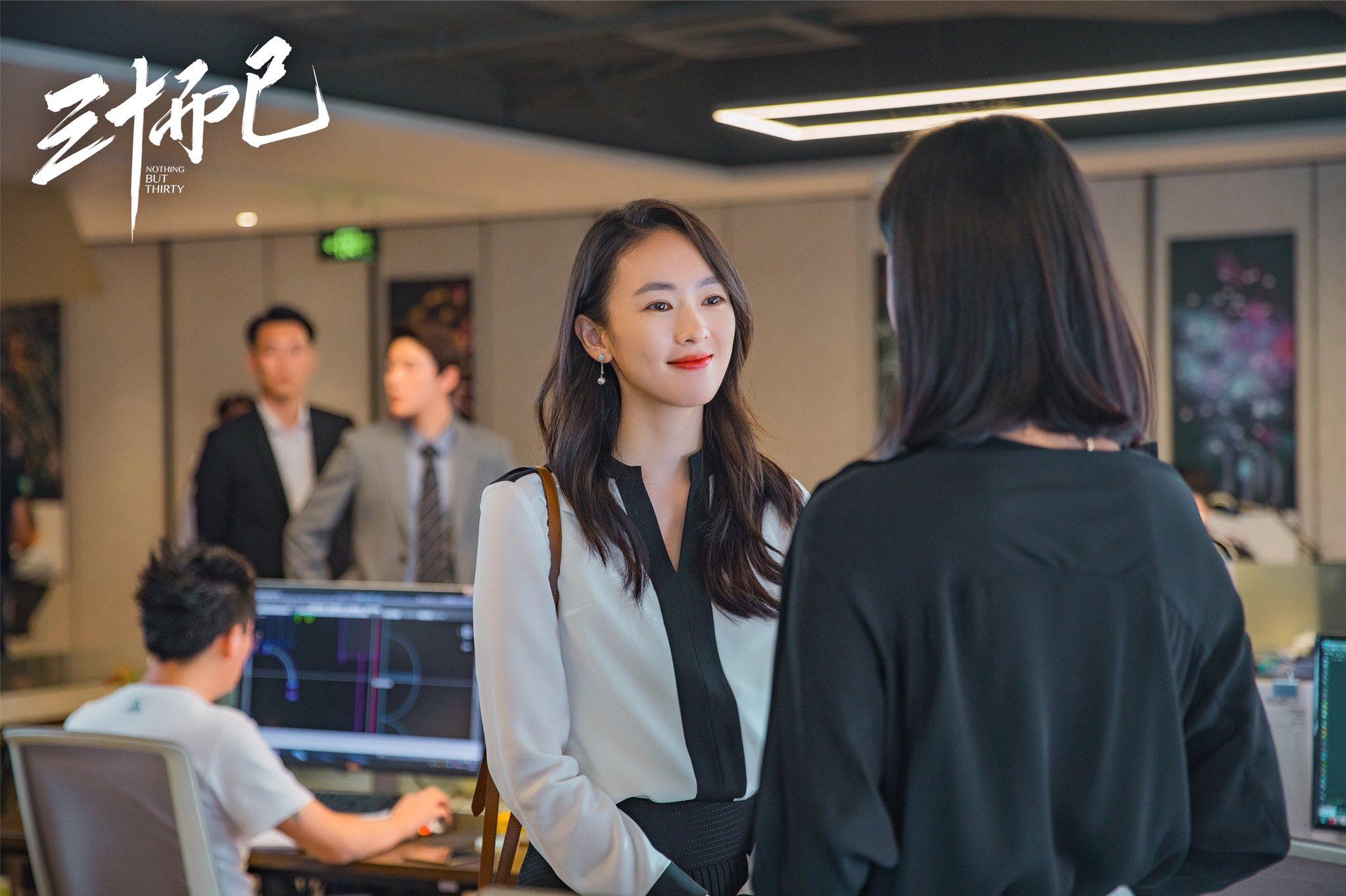 Đồng Dao mặc áo sơ mi trắng viền đen trong 30 chưa phải hết