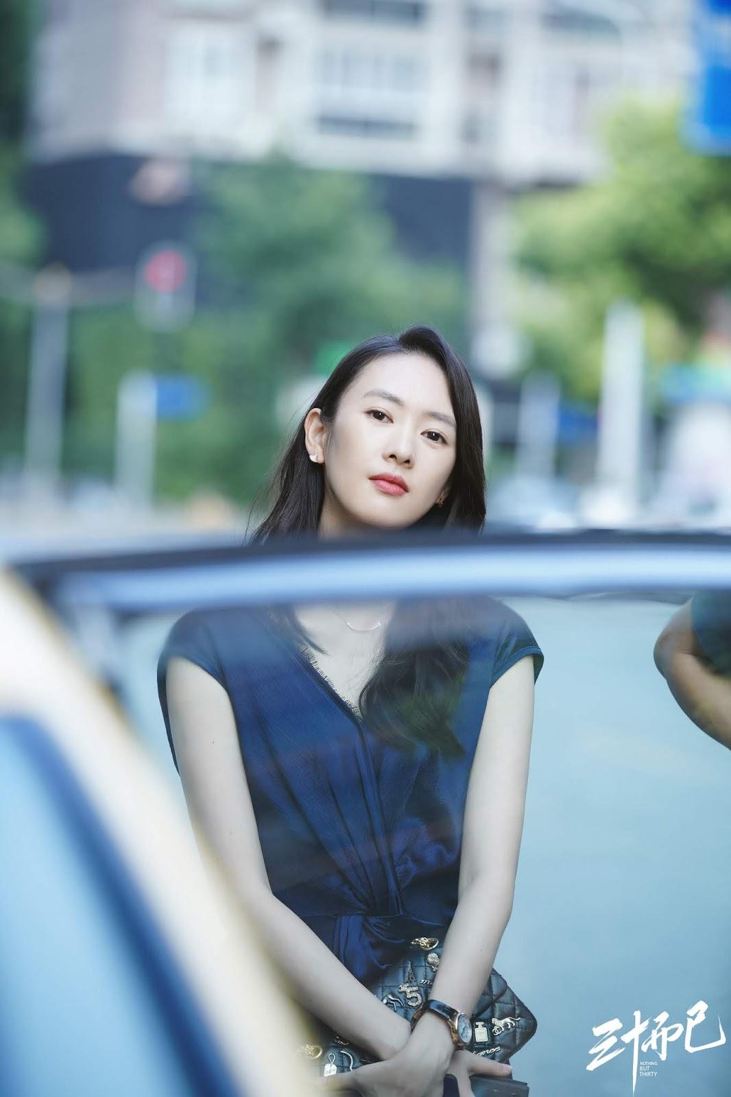 Đồng Dao mặc đầm xanh, đeo túi Chanel trong 30 chưa phải hết