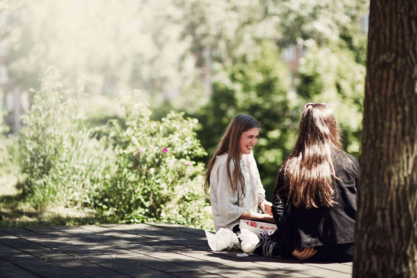 hai cô gái nói chuyện về cuộc sống cân bằng