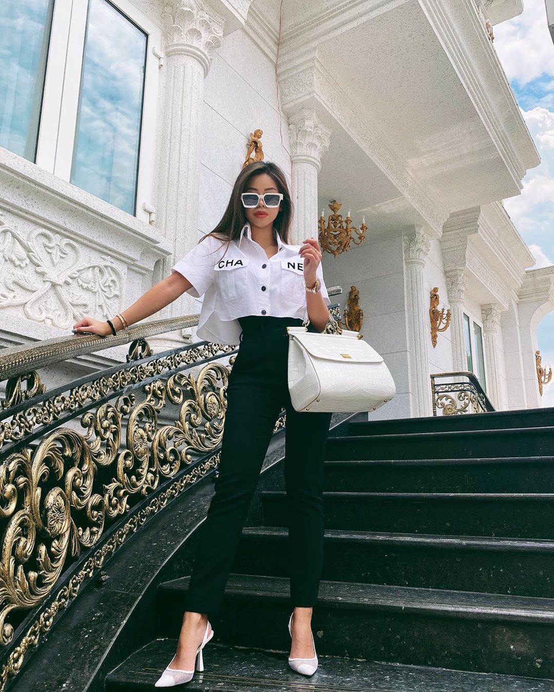 Tiên Nguyễn đeo mắt kính gọng trắng