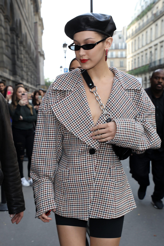 bella hadid mặc áo khoác họa tiết kẻ ô houndstooth paris