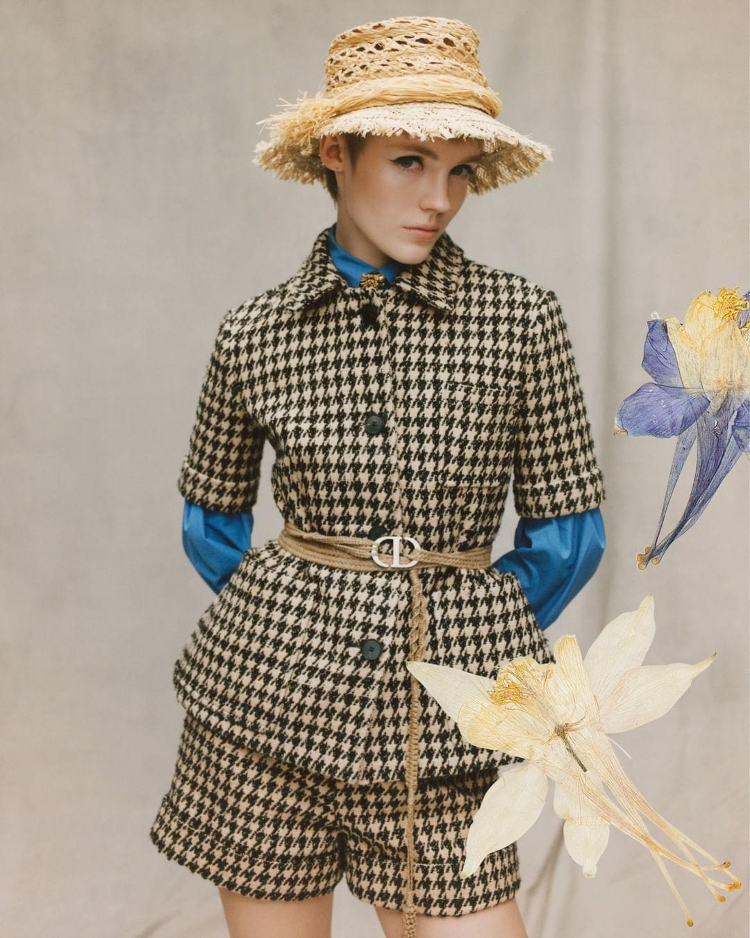 người mẫu mặc bộ suit ngắn họa tiết kẻ ô houndstooth dior xuân hè 2020