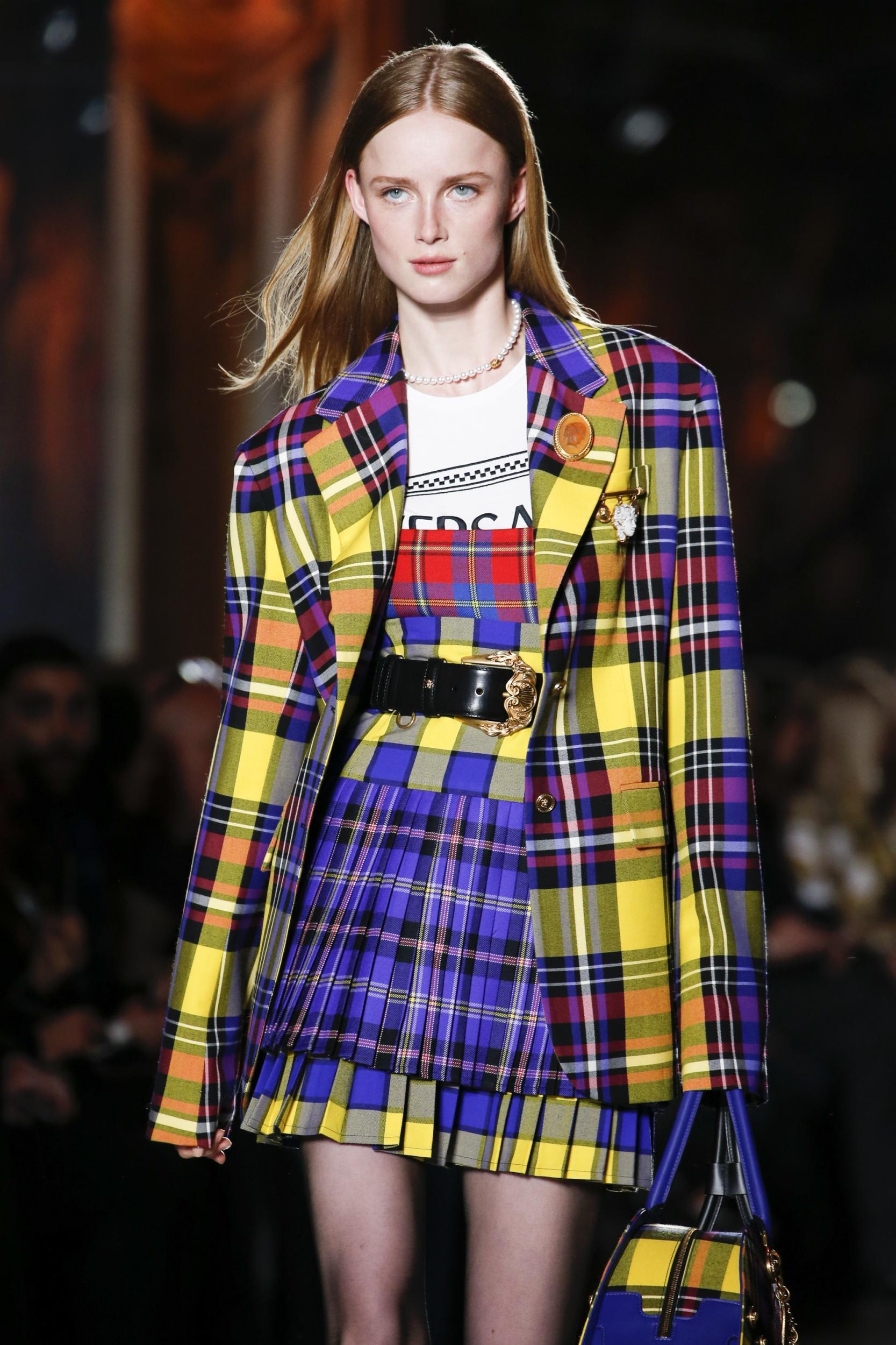 người mẫu versace mặc bộ suit họa tiết kẻ ô madras thu đông 2018