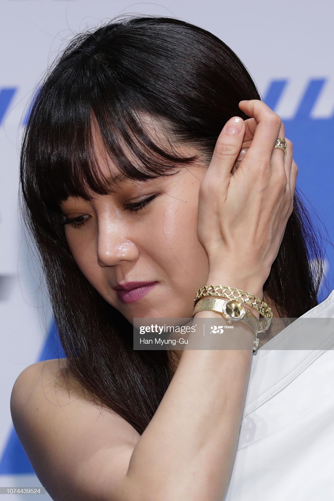 Gong Hyo Jin đeo đồng hồ và lắc tay vàng
