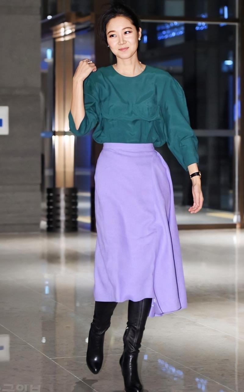 Gong Hyo Jin mặc áo xanh chân váy tím