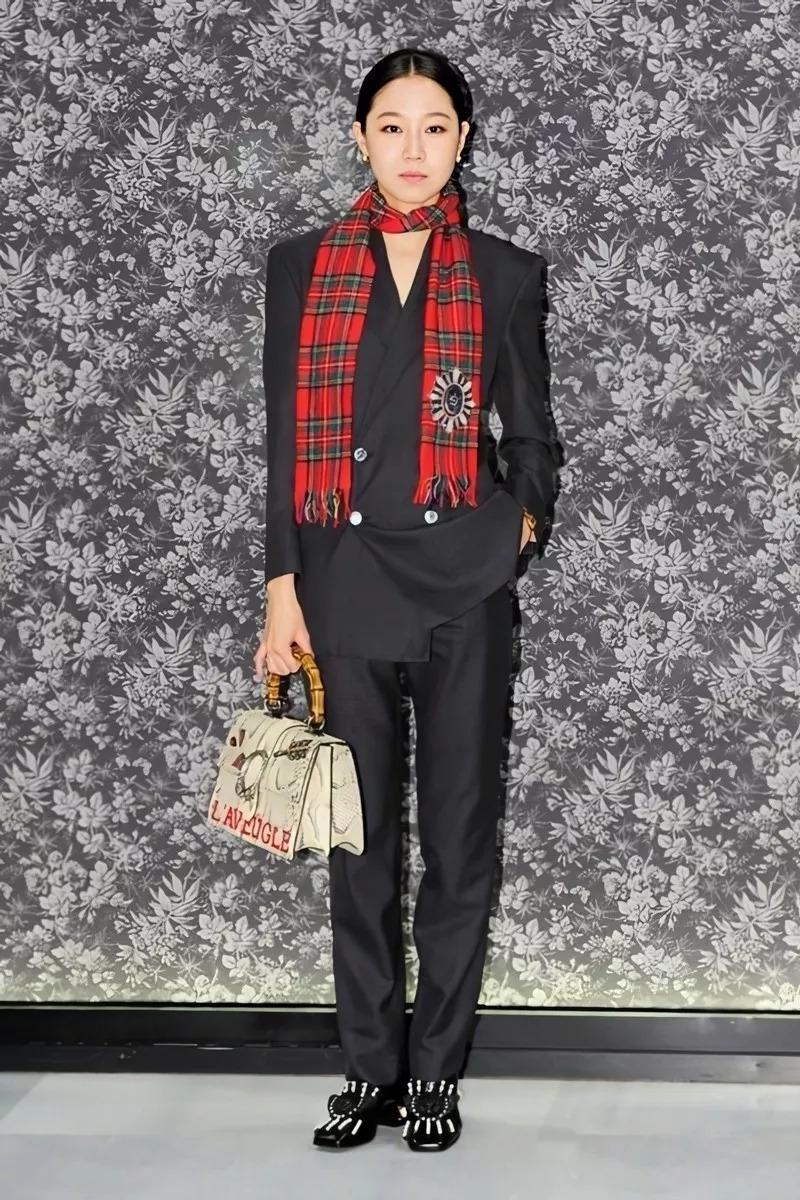 Gong Hyo Jin mặc âu phục đen