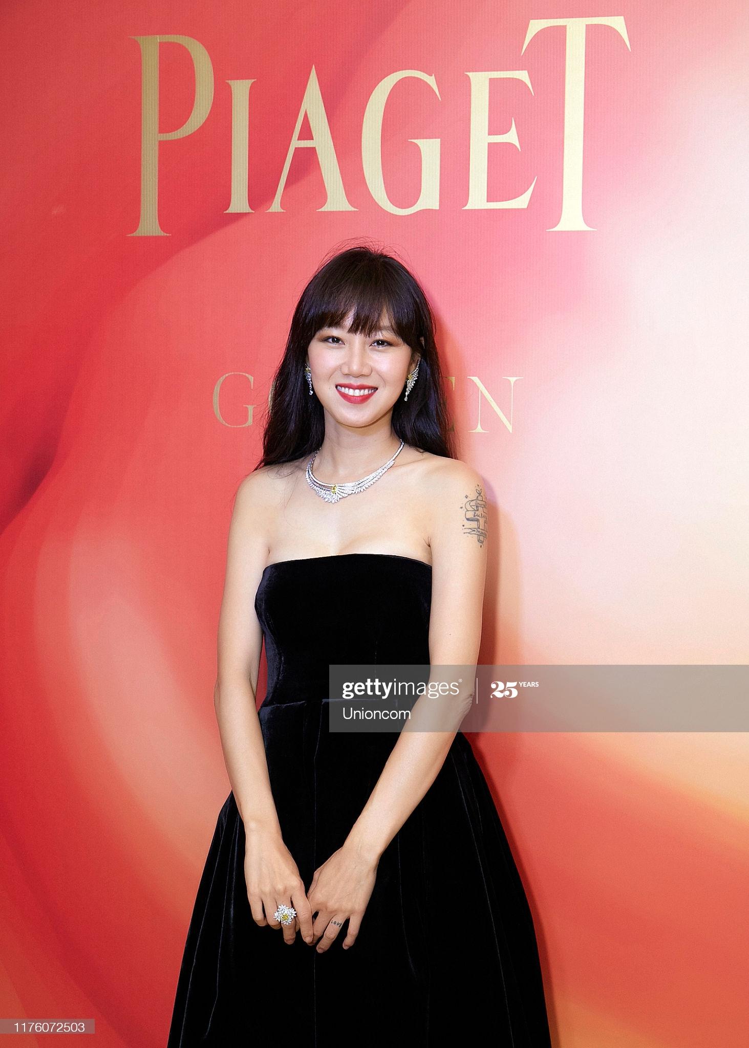 Gong Hyo Jin mặc đầm nhung đen, đeo trang sức bạch kim