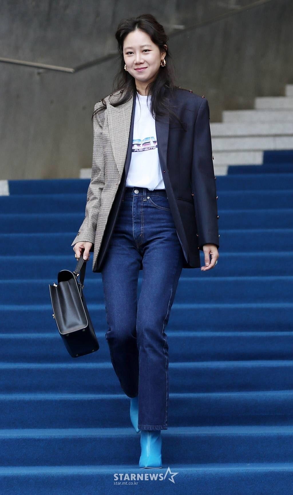 Gong Hyo Jin mặc áo thun, blazer và skinny jeans