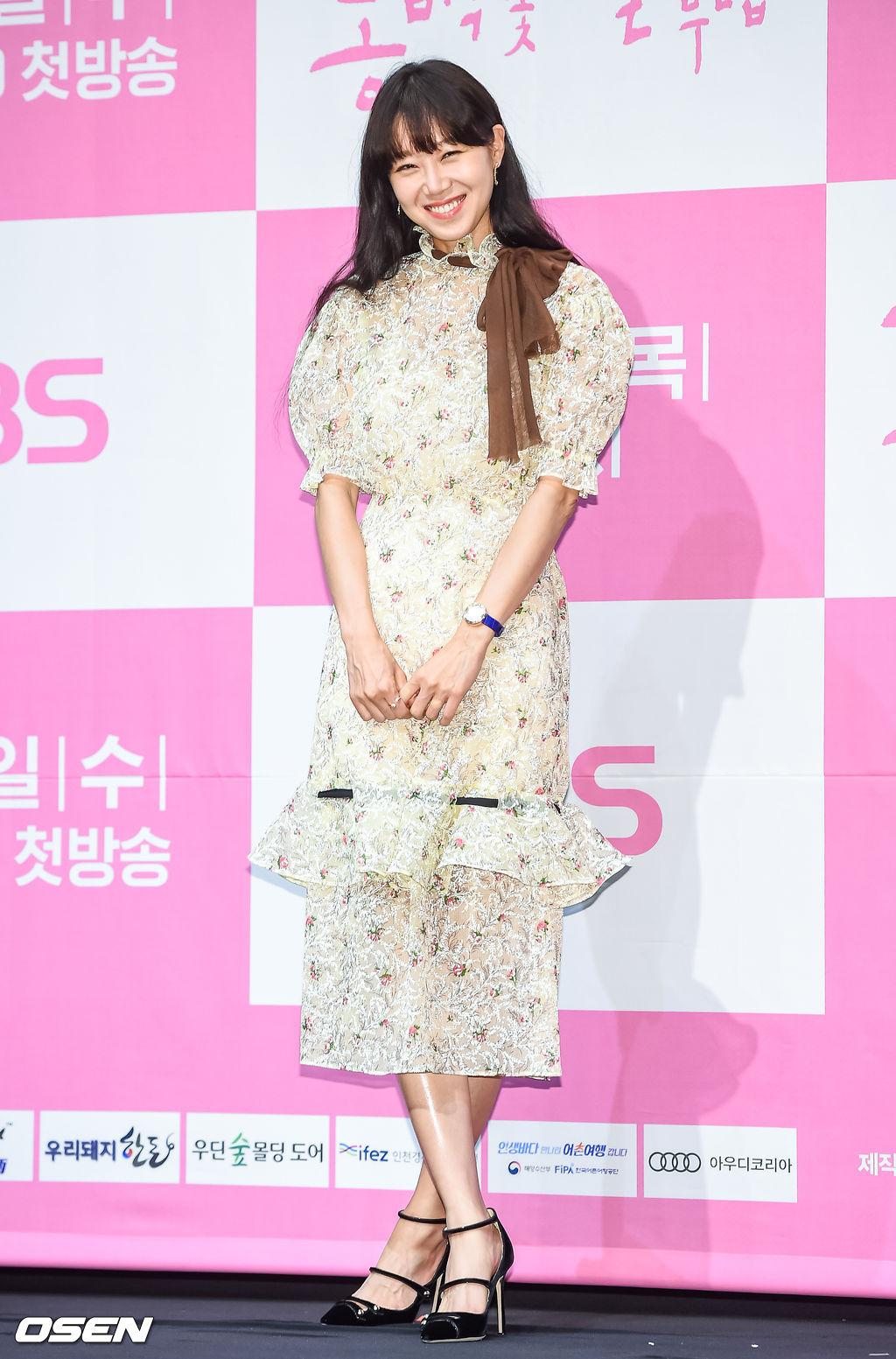 Gong Hyo Jin mặc đầm ren hoa nhí