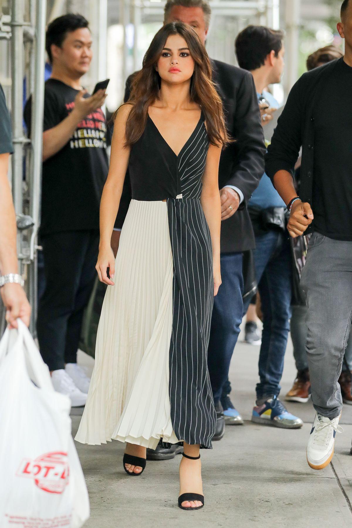 Selena Gomez mặc váy xòe xếp ly trắng đen