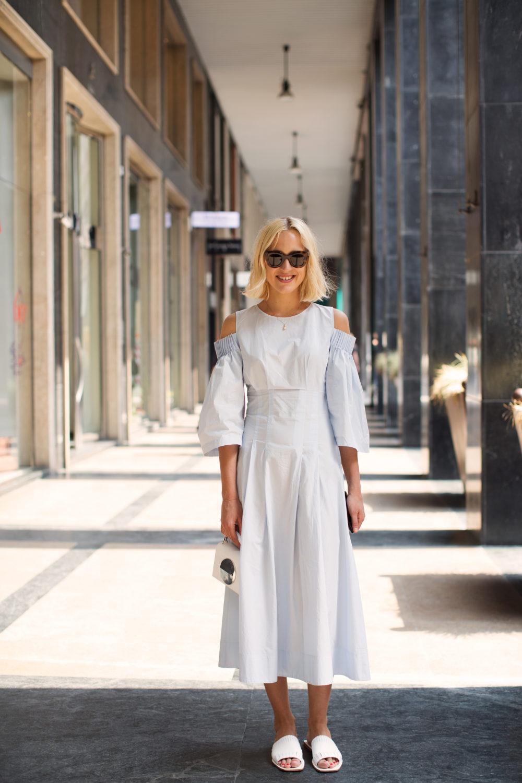 Cô gái mặc váy xòe sơ mi hở vai màu trắng