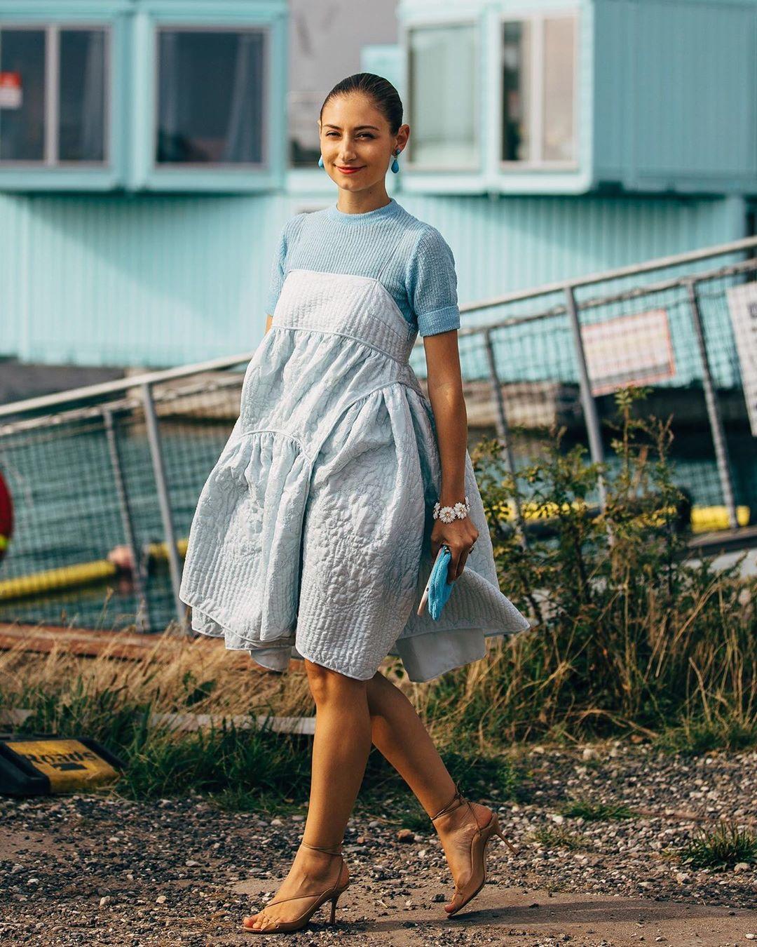 Cô gái mặc váy xòe phồng hai dây màu xanh baby