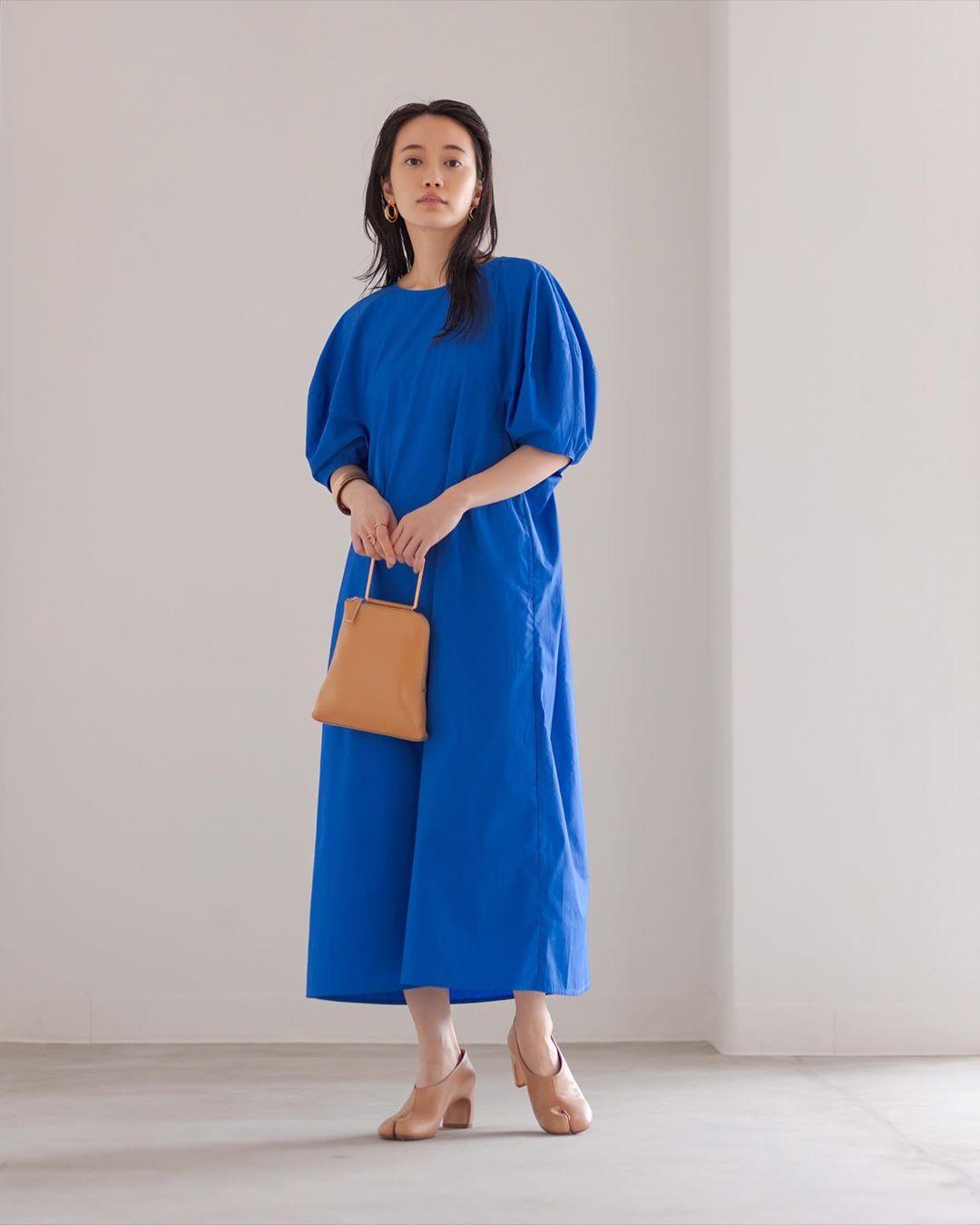 Cô gái mặc váy xòe phom rộng màu xanh nước biển