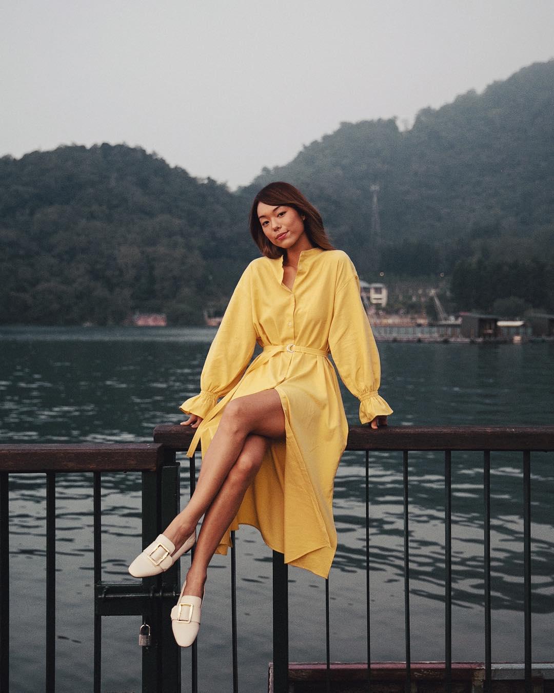 Adrea Chong mặc váy xòe sơ mi màu vàng