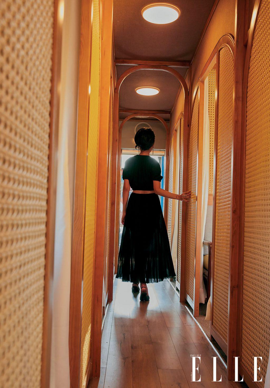 bộ ảnh thời trang người mẫu bước đi trên tàu