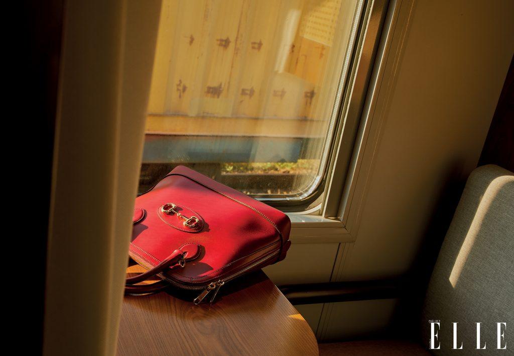 bộ ảnh thời trang túi xách đặt trên bàn