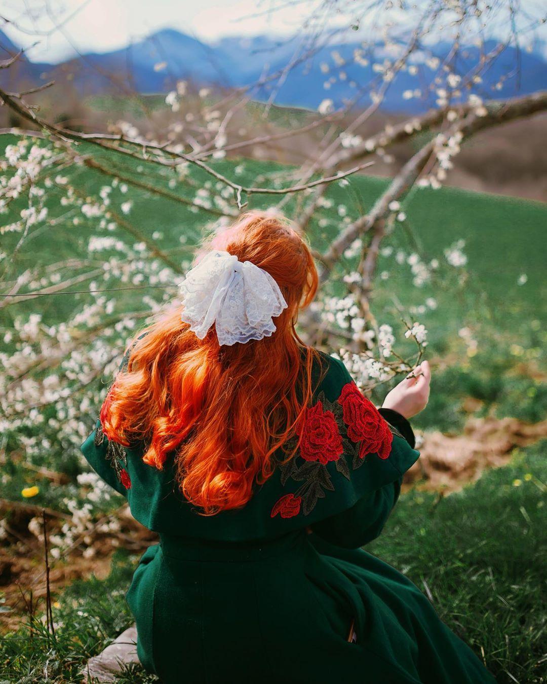 Cô gái tóc đỏ cài nơ ren trắng phong cách thời trang Cottagecore