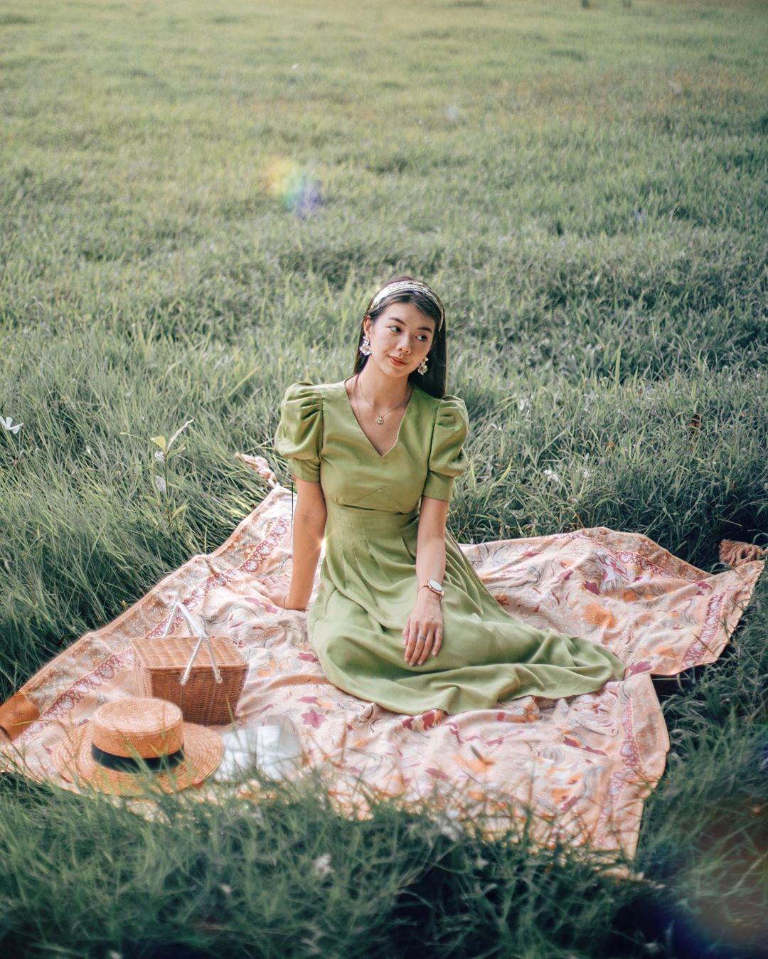 Cô gái mặc váy linen màu xanh lá phong cách thời trang Cottagecore