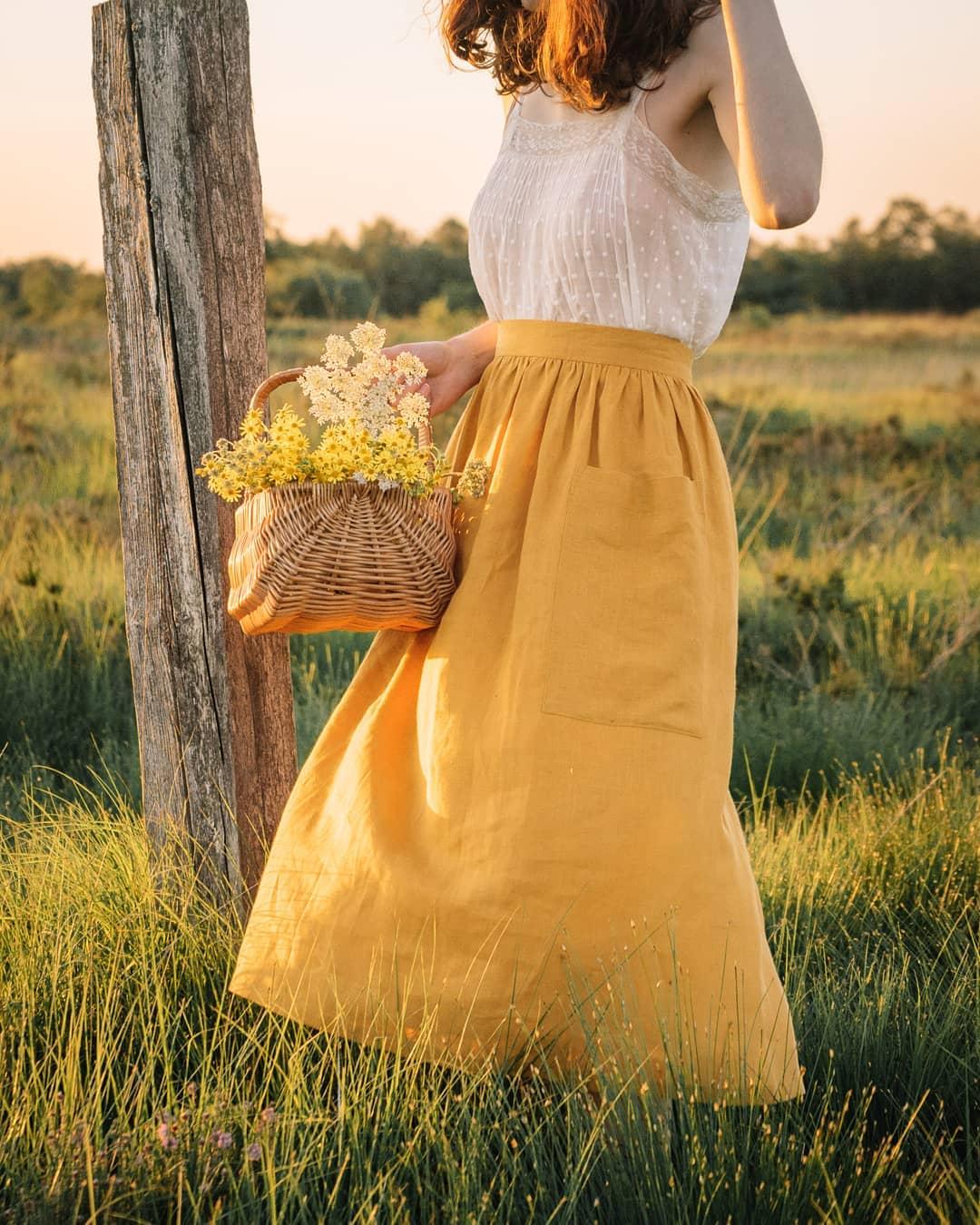 Cô gái mặc chân váy linen màu vàng phong cách thời trang Cottagecore