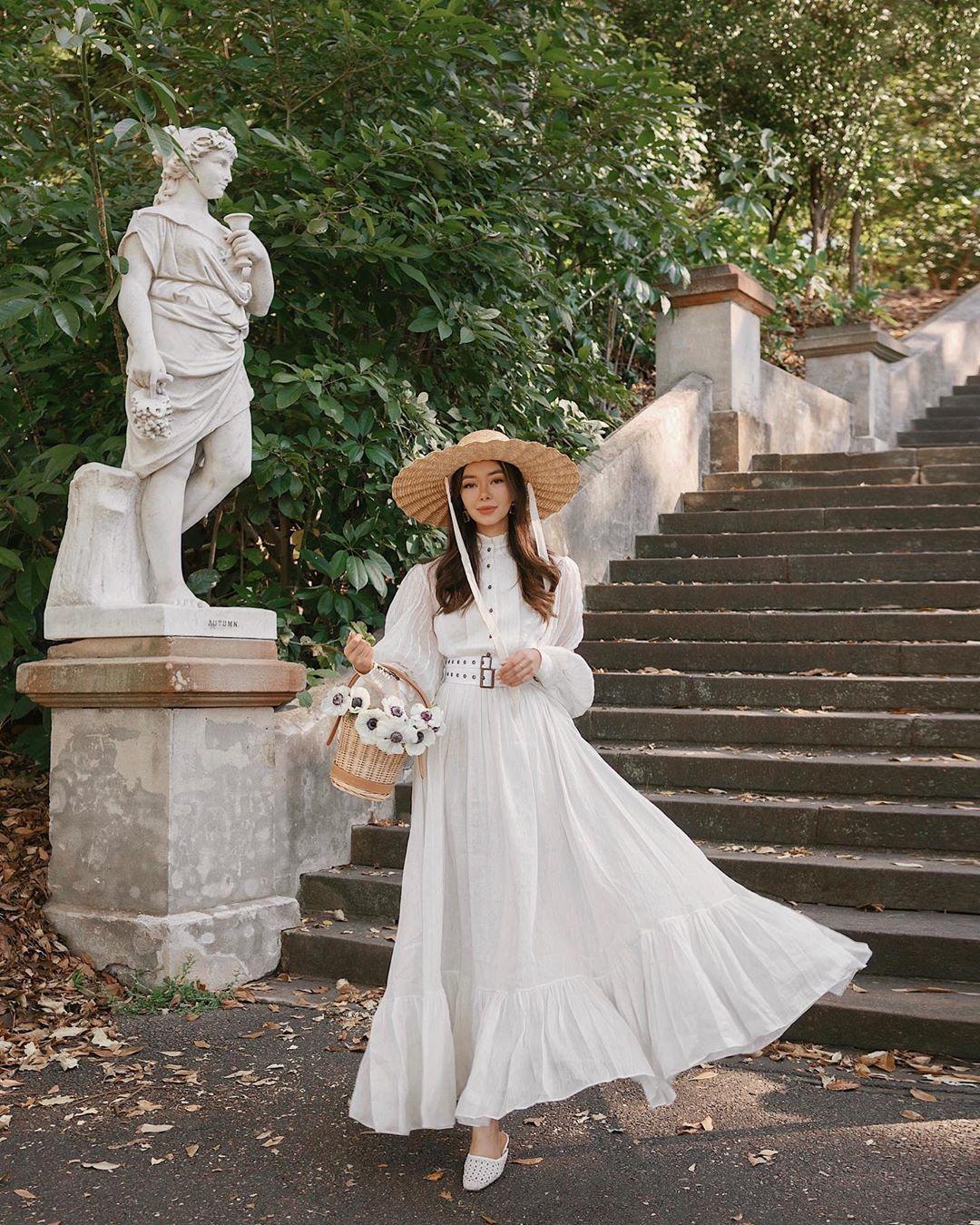 Cô gái mặc váy dài tay phồng màu trắng phong cách thời trang Cottagecore